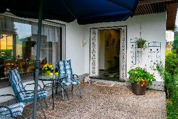 Terrasse mit Eingang zum Haus